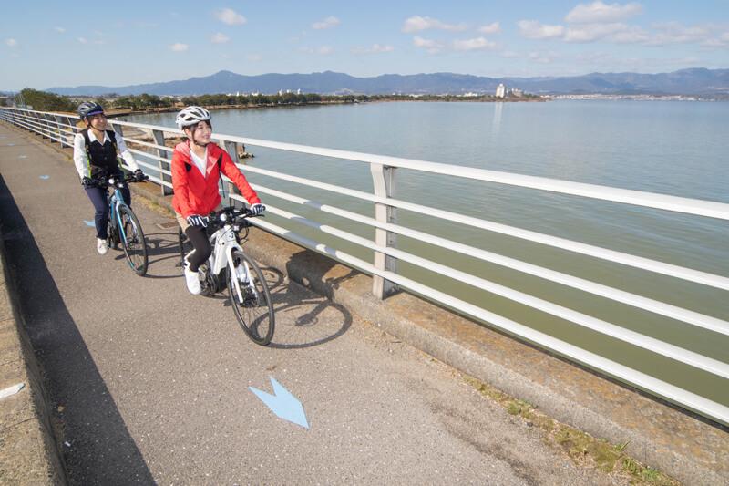 自転車道を示すブルーの矢印をたどって