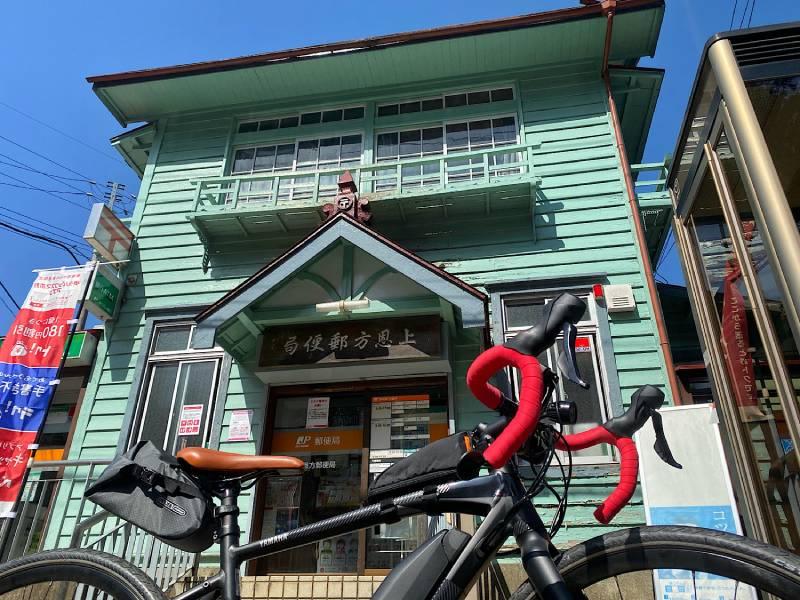 陣馬街道沿いの郵便局