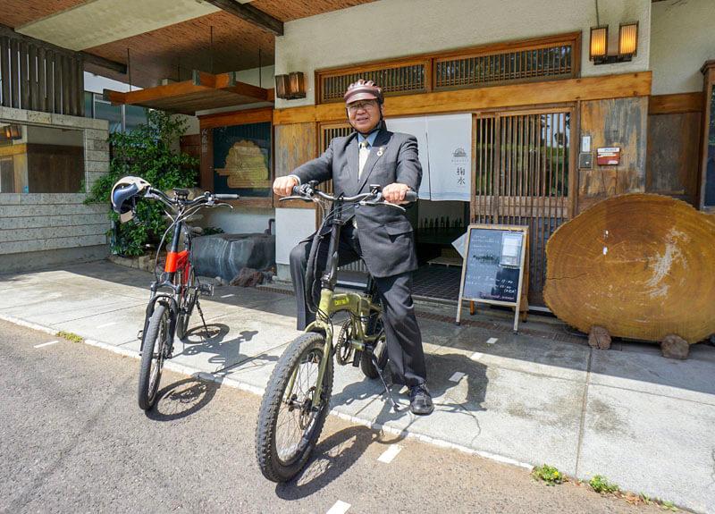 eバイクに乗る須藤市長