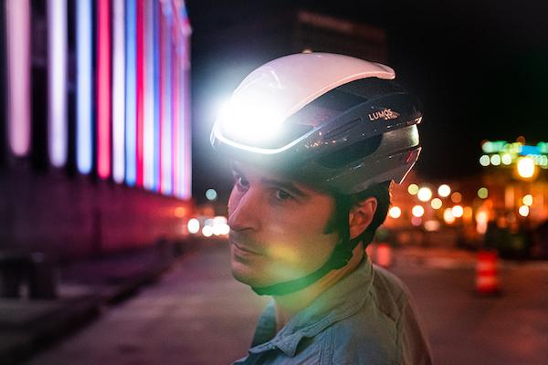 ウインカーライトなどを搭載したヘルメット「LUMOS Ultra」の限定カラー発売